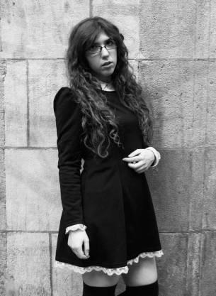 """""""Soy una gótica de biblioteca"""" Celia Sánchez tiene 22 años y define su estilo como Gothic Lolita, una categoría dentro de la moda gótica que se entremezcla con la del Anime japonés. """"En el mundo Gótico hay dos estilos de personas: las que se relacionan en discotecas y otras, más cerradas, que se basan en la estética"""". FOTO: GISELA JIMENO"""