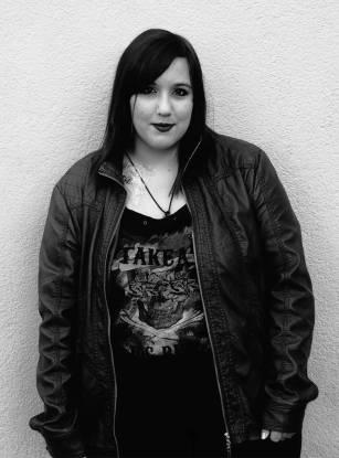"""""""Mi armario está dividido en dos: una parte gótica y otra con ropa normal"""" Estela Garrido tiene 21 años. A pesar de no llevar mucho tiempo dentro del movimiento, se declara fanática de la música industrial y de grupos como Rammstein. FOTO: GISELA JIMENO"""
