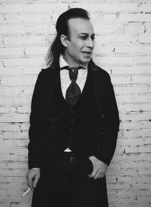 """""""En los '80 salíamos de una dictadura e ir maquillado por la calle no era normal"""" Luis Miguel Pavón, conocido como DJ Luismi, tiene 49 años y es considerado uno de los pioneros del movimiento Gótico en Barcelona. Desde hace 30 años es DJ y hace 20 es el dueño de la sala Undead Dark Club, punto de encuentro de los góticos, ubicado en el barrio de Sants. FOTO: GISELA JIMENO"""